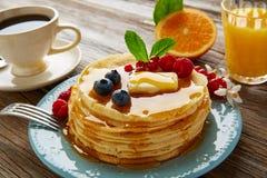 Coffe сиропа завтрака блинчиков и апельсиновый сок стоковое фото