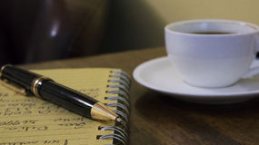Coffe, тетрадь и идеи стоковые фотографии rf