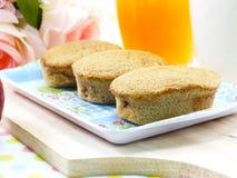 美味蛋蛋糕coffe味道和红色苹果用牛奶和橙汁 库存图片