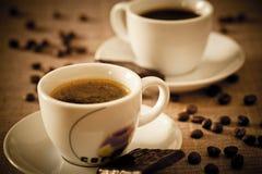 Coffe ahueca el caramelo de chocolate y los granos de café Imagen de archivo libre de regalías