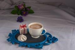 Coffe avec du lait et des meringues Fleurs Cadeau Pour le petit déjeuner Image libre de droits