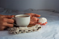 Coffe avec du lait et des meringues pour le petit déjeuner Images stock