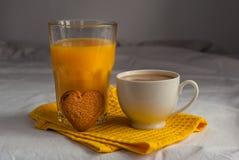 Coffe avec du lait Jus et biscuits d'orange pour le petit déjeuner Photos stock