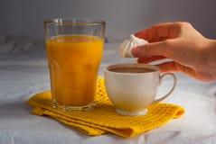Coffe avec du lait Jus et meringues d'orange pour le petit déjeuner Image stock