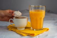 Coffe avec du lait Jus et meringues d'orange pour le petit déjeuner Images libres de droits