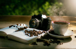 Coffe avec le livre et l'appareil-photo Photographie stock libre de droits