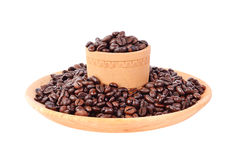 Coffe bönor i en träkopp Arkivfoton
