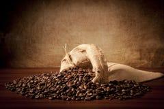 Coffe'beans met jutazak Stock Foto
