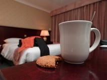Coffe Becher und Biskuit im Hotelzimmer lizenzfreies stockbild