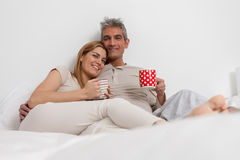 Coffe bevente delle coppie felici nel letto Fotografia Stock Libera da Diritti