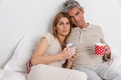 Coffe bevente delle coppie serie nel letto fotografia stock libera da diritti