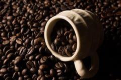 Coffe Bohnen und Cup Stockfoto