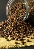 Coffe Bohnen und ein Glas Stockbilder