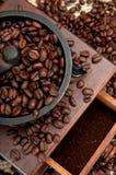 Coffe Bohnen und Schleifer Stockfotografie