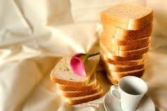 Coffe Brot und Blume Lizenzfreies Stockfoto