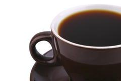 Coffe chaud dans la tasse en céramique brune au-dessus du blanc Photos stock