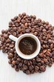 Coffe in chicchi di caffè e della tazza Immagine Stock Libera da Diritti