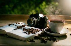 Coffe con el libro y la cámara Fotografía de archivo libre de regalías