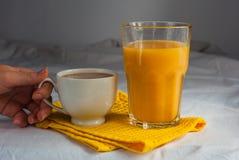 Coffe con latte e succo d'arancia per la prima colazione Fotografia Stock Libera da Diritti