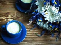 Coffe con latte ed i fiori fotografia stock