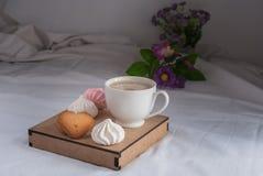 Coffe con latte Succo d'arancia e biscotti e meringhe Fiori Fotografia Stock