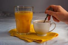 Coffe con latte Succo d'arancia e biscotti e meringhe Fiori Immagine Stock Libera da Diritti