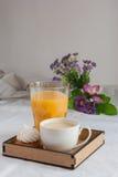 Coffe con latte Succo d'arancia e biscotti e meringhe Fiori Fotografie Stock Libere da Diritti