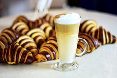 coffe croissants φλυτζάνι τρία Στοκ εικόνα με δικαίωμα ελεύθερης χρήσης