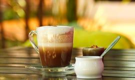 Coffe Cup mit abstraktem Hintergrund stockfotografie
