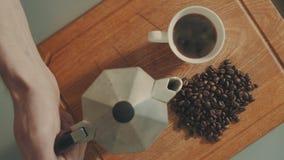 Coffe de colada en la taza blanca del géiser del café almacen de metraje de vídeo
