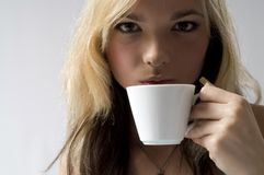 Coffe de consumición de la mujer Fotos de archivo