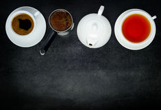 Coffe e copos de chá com espaço do bule, da cafeteira e da cópia Imagem de Stock