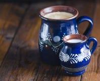 Coffe e latte in tazze rustiche Fotografia Stock Libera da Diritti