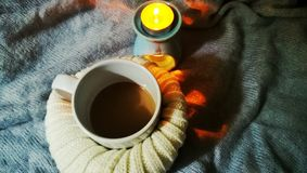 Coffe e leite no dia de dezembro relaxe com vela Imagens de Stock Royalty Free
