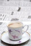 Coffe en krant Stock Afbeeldingen