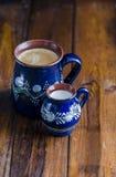 Coffe en Melk in rustieke koppen Stock Foto