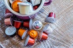 Coffe fröskidor i emalj rånar Royaltyfria Foton