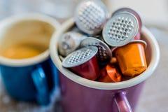 Coffe fröskidor i emalj rånar Royaltyfri Foto
