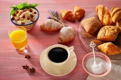 Coffe frukost med giffelbröd för orange fruktsaft royaltyfri foto