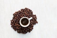 Coffe i kopp- och kaffebönor Arkivbild