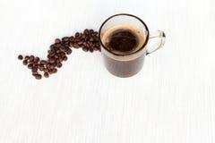 Coffe i kopp- och kaffebönor Royaltyfria Bilder