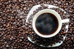 Coffe kopp i bönor Royaltyfri Foto