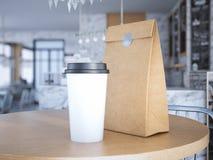 Coffe kopp och pappers- påse på tabellen framförande 3d Arkivfoto