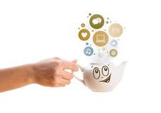 Coffe kruka med samkvämmen och massmediasymboler i färgrika bubblor Royaltyfri Fotografi