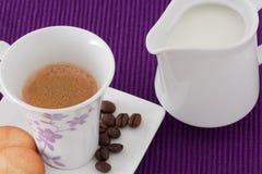 Coffe, leche y galletas Imagen de archivo libre de regalías