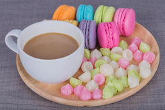 Coffe med macaron och Aalaw på den wood tabellen Royaltyfria Foton