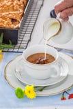 Coffe med mjölkar och den smakliga plommonkakan i solig dag fotografering för bildbyråer