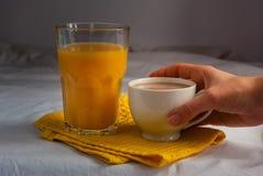 Coffe met melk Jus d'orange en Koekjes en Schuimgebakjes Bloemen Stock Foto's