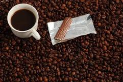 Coffe mit einer Praline Lizenzfreies Stockfoto