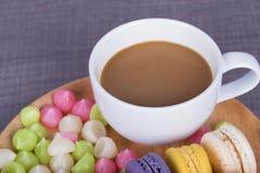 Coffe mit macaron und Aalaw auf hölzerner Tabelle Stockfotografie